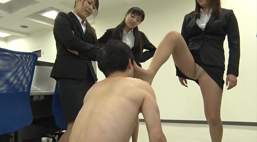就職活動中の女子大生が汗ばんだストッキングで脚責 画像 16