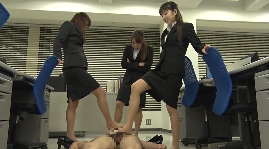 就職活動中の女子大生が汗ばんだストッキングで脚責 画像 17