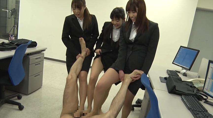 就職活動中の女子大生が汗ばんだストッキングで脚責 画像 19