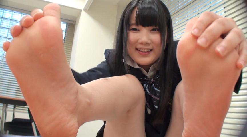 自分で自分の足の裏を撮影した女の子。2