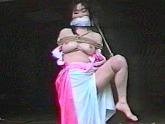 OL美乳鑑賞縛り・強烈吊り責め柱 人妻初縛り・羞恥に悶えるあぐら吊り