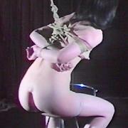 鼻孔吊り緊縛妻・乳汁強制搾り
