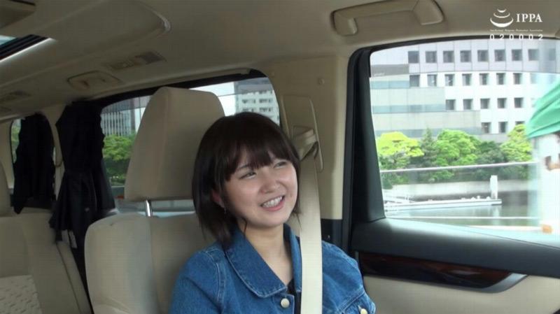 深田結梨を貸し切りドライブデートのサンプル画像2