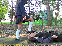 制服少女が黒ストッキングとローファーで顔面土足踏み