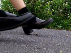 歩道を這うカタツムリが妖精たちのローファー・スニーカーで踏み潰される!