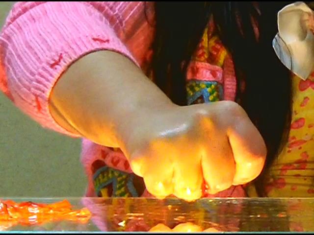 黒髪少女が金魚を素手で握りつぶしナマ足で踏み潰す! 画像 8