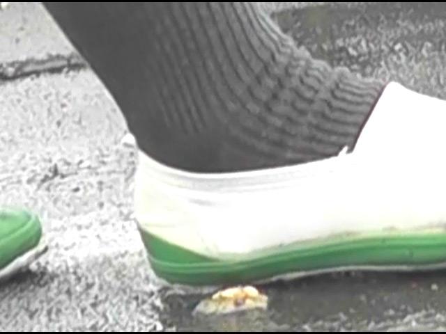 上履き・パンプス・ナマ足で踏みにじられるカタツムリ 画像 2