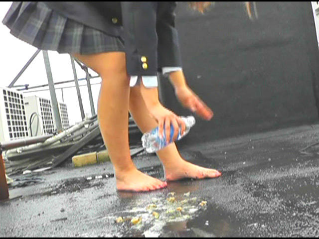 上履き・パンプス・ナマ足で踏みにじられるカタツムリ 画像 4
