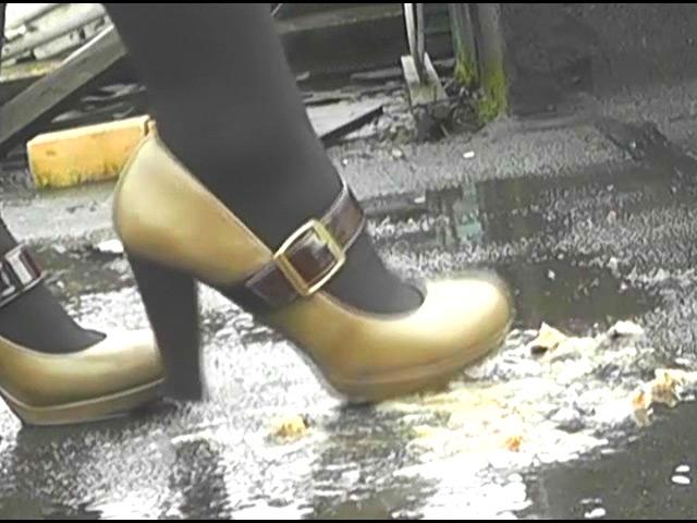 上履き・パンプス・ナマ足で踏みにじられるカタツムリ 画像 6