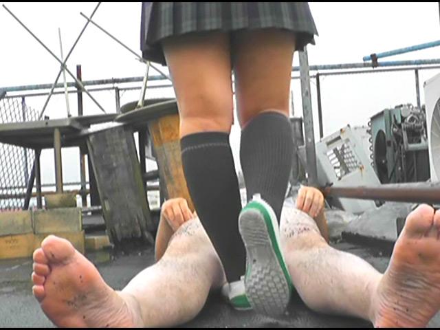 上履き・パンプス・ナマ足で踏みにじられるカタツムリ 画像 12