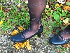 クラッシュ:OLさんの脚線美の下で踏み潰されるヒキガエル!
