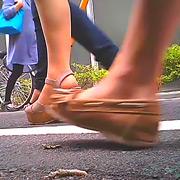 女子大生のサンダルやスニーカーがイモムシを踏み潰す!