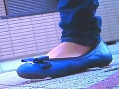 女子大生が靴底にイモムシを貼りつけて歩き去る!