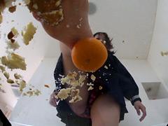 クラッシュ:メロンパンと完熟みかんを素足で粉砕する子豚ちゃん