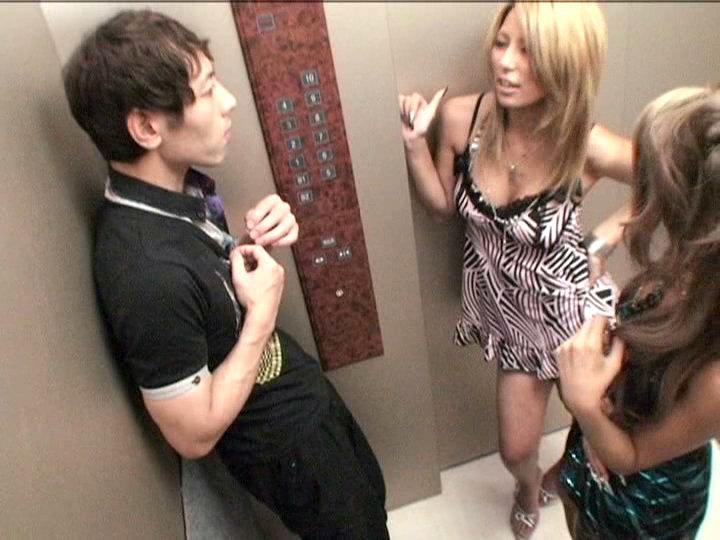 パニック寸前!!突然急停止したエレベーターの密室でギャル5人に無理矢理抜かれちゃいました!! vol.2 8枚目