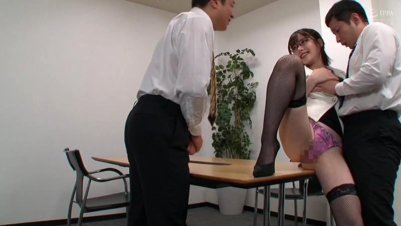 オフィスで誘惑するパンスト痴女OL 深田えいみ