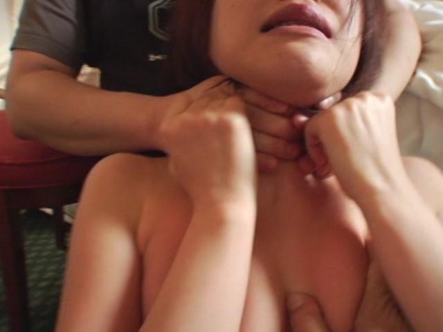 悪徳首絞め面接に泣き崩れるセレブな若妻のサンプル画像