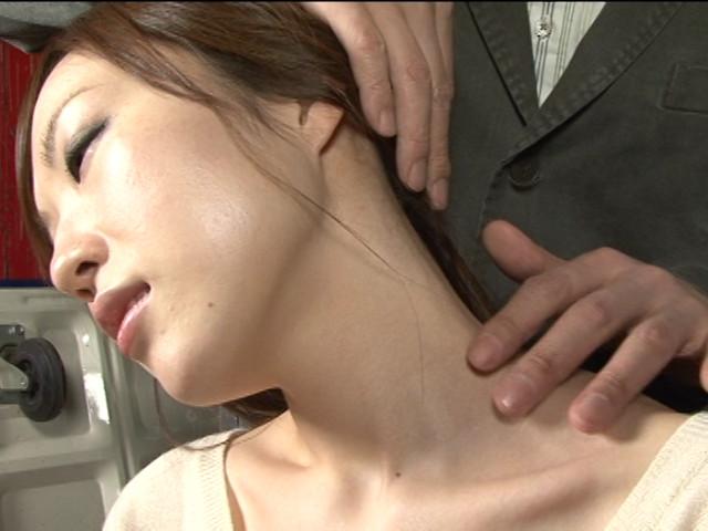 レズ接吻で呼吸を奪い絞れる 画像 1