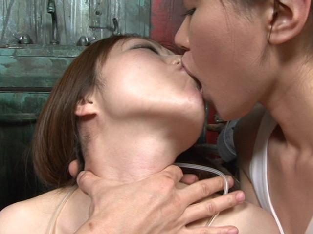 レズ接吻で呼吸を奪い絞れる 画像 14