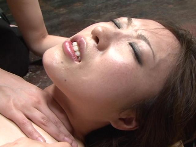レズ接吻で呼吸を奪い絞れる 画像 15