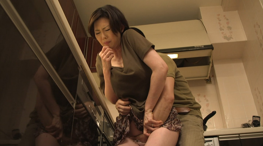 夫の寝ている横で息子の性技に溺れる母 竹内梨恵