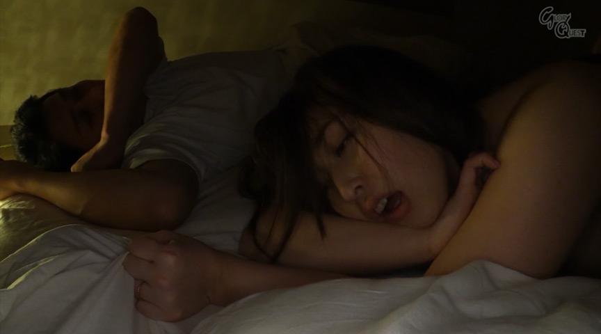 夜這い 真夜中に寝ている夫の隣で中出しされる人妻9