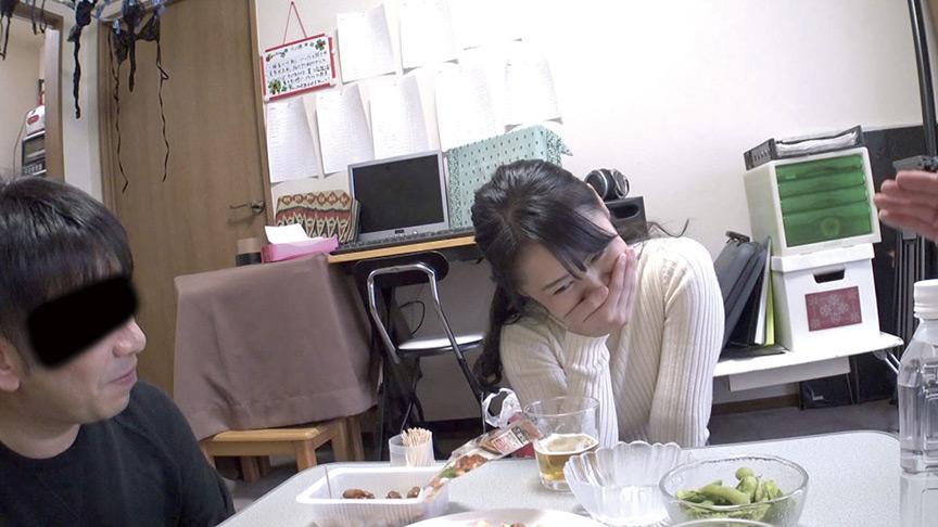 酔いつぶれた旦那さんのすぐ側で奥さんを寝取る11
