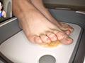踏み踏みフードクラッシュ足指器用ガール編のサムネイルエロ画像No.1
