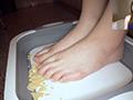 踏み踏みフードクラッシュ足指器用ガール編のサムネイルエロ画像No.6