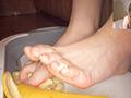 踏み踏みフードクラッシュ足指器用ガール編のサムネイルエロ画像No.8