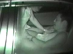 盗撮 不自然に揺れる車の中では…