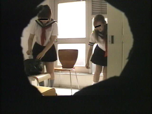 某学校の女子○生達の着替え・パンチラ映像流出!!のサンプル画像6