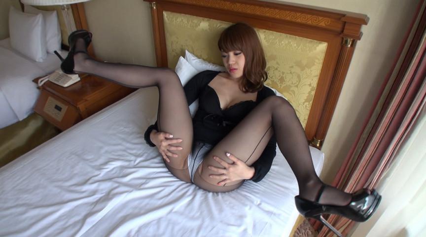 妖艶ギャルのパンスト美脚をねぶりまわして大量射精! 画像 2