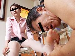 高飛車秘書の足置台に使われ喜ぶ変態掃除夫