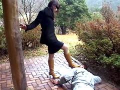 雨で汚れたブーツでのぞき魔を撃退するOL女王様