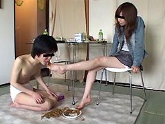 ナマ足でいたぶられ爪先で餌をもらい喜ぶ学生君