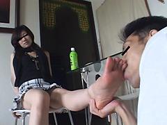 M男:ナマ足の疲れと汚れを舌で吸い取らせる長身美脚モデル