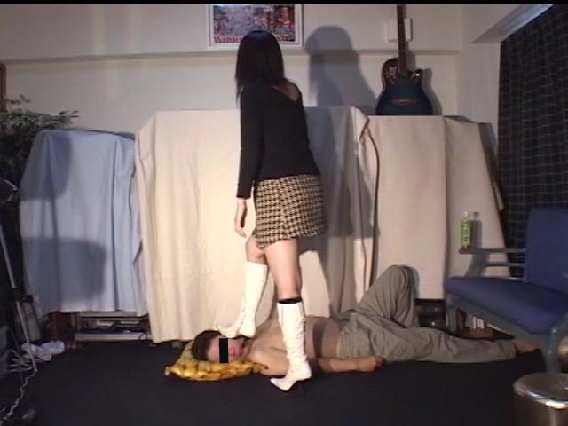 18歳スチュワーデス専門学生の白ブーツで踏まれる喜び 画像 5