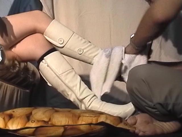 18歳スチュワーデス専門学生の白ブーツで踏まれる喜び 画像 14