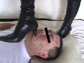 メイクのストレスを飼い犬にブーツを舐めさせ解消-4