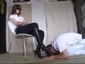 メイクのストレスを飼い犬にブーツを舐めさせ解消-9