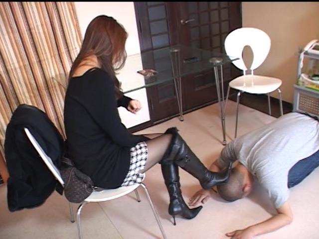 美人ホステスのブーツで蹴られ指導を受ける駄目ボーイ 画像 1