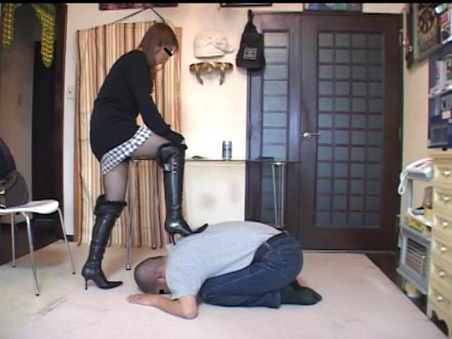 美人ホステスのブーツで蹴られ指導を受ける駄目ボーイ 画像 2