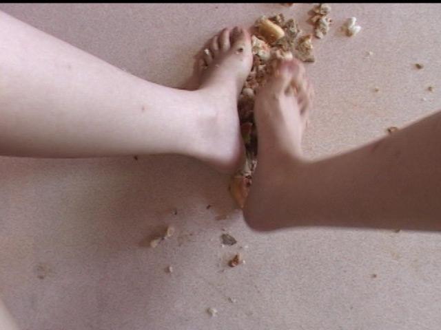 小さな足で踏まれ食べ物踏み潰しを楽しみました