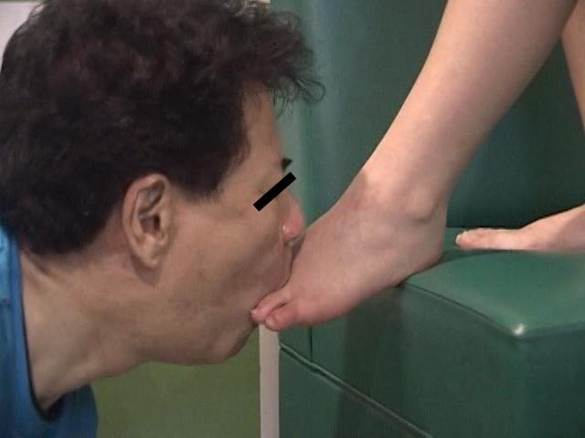 仕事後の足の汚れ舐め取り職人6 超くすぐったがりな調理師専門学生 の画像2
