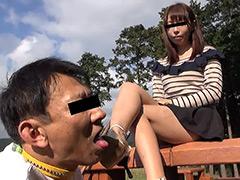 汚れたサンダルとナマ足で顔を踏みにじり舐めさせる