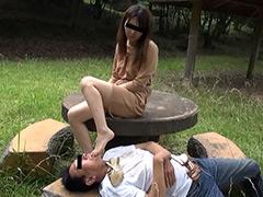 エロS女様がサンダルとナマ足で変態を踏みまくる