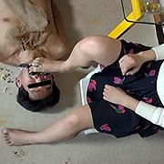 臭いストッキングとナマ足で食べ物を踏み食べさせてみた
