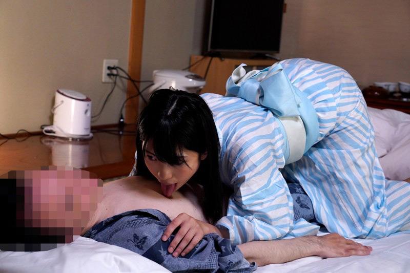 大人しそうな高杉麻里ちゃんが夜這いや乱交するスケベAV 画像 12
