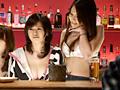 ガールズバーのカウンターをまかされた女優をイタズらのサムネイルエロ画像No.3